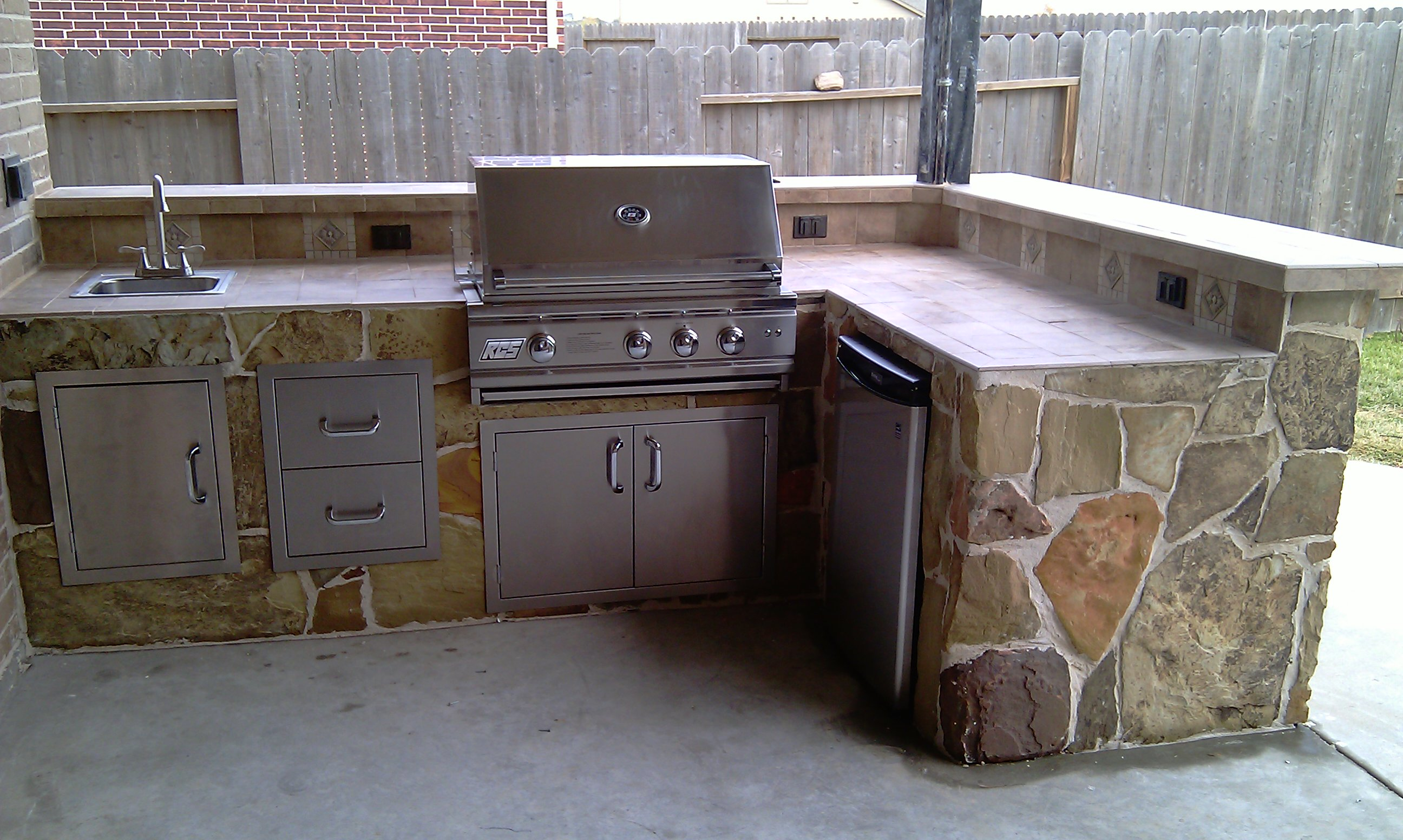Outdoor kitchens looking for quality construction and for Outdoor kitchen contractors